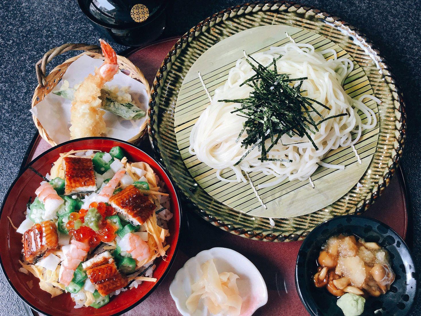 秋田稲庭手綯(てない)うどんと特選ちらし寿司 2,700円(税サ込)